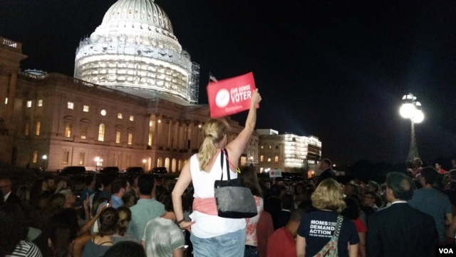 Protesters gather outside the Capitol during the Democrat sit-in, June 22, 2016. (R. Green/VOA)