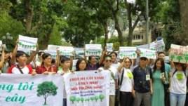 Đoàn biểu tình phản đối chính quyền Hà Nội chặt cây xanh.