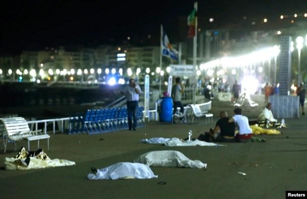Thi thể nạn nhân được phủ trong các tấm vải tại hiện trường vụ tấn công bằng xe tải ở Nice, Pháp, ngày 15/7/2016.
