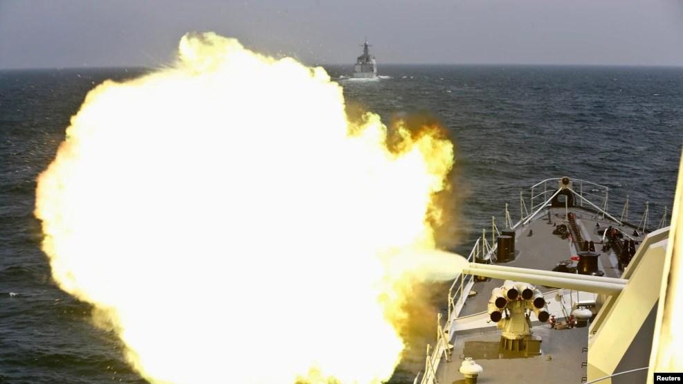 Tàu của hải quân Trung Quốc nã pháo trong một cuộc tập trận chung năm 2014.