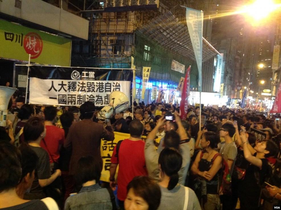 数以千计的示威者继续游行到西环的中联办抗议人大释法(美国之音海彦拍摄)