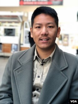"Ashram Shahrivar, sutradara dan produser film ""Sigek Cokelat"" di Los Angeles (Dok: VOA)"