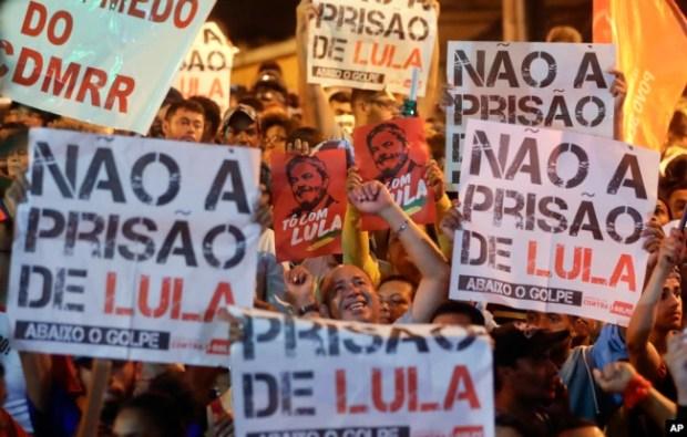 Partidario del expresidente Lula da Silva protestan la condena por soborno al exmandatario delante del Sindicato de Trabajadores Metalúrgicos en Sao Bernardo do Campo. Abril 5, 2018.