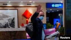 世卫组织新冠病毒源头调查组专家组成员,丹麦科学家彼得·本·安巴雷克(Peter Ben Embarek)离开武汉时在机场挥手。 (2021年2月10日)