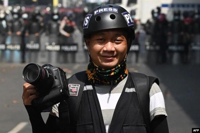 资料照:美联社摄影记者登佐(Thein Zaw)在被逮捕的前一天在仰光报道反军事政变集会。(2021年2月26日)