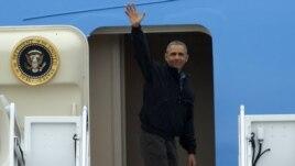 Tổng thống Barack Obama vẫy tay khi bước lên chuyên cơ Air Force One hôm 21/5 tại Căn cứ Không quân Andrews ở tiểu bang Maryland.