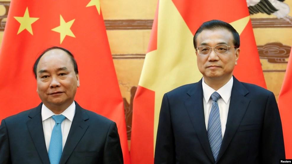 Thủ tướng Trung Quốc Lý Khắc Cường (phải) và Thủ tướng Việt Nam Nguyễn Xuân Phúc tham dự một lễ ký kết tại Đại lễ đường Nhân dân ở Bắc Kinh, Trung Quốc, 12/9/2016.
