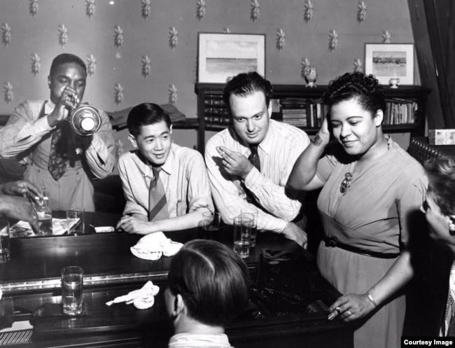 Dari kiri ke kanan: Hot Lips Page (trumpet), Harry Lim, Clyde Newcombe (bass), Billie Holiday (vocal) (Courtesy: fotografer Charles Peterson).
