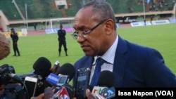 Le président de la Caf (Confédération africaine de football) Ahmad Ahmad répond aux questions des journalistes lors de sa visite à Ouagadougou, Burkina, 5 août 2017. (VOA/Issa Napon).