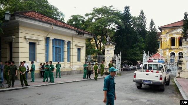 Công an trước cổng Tòa án Nhân dân TPHCM.