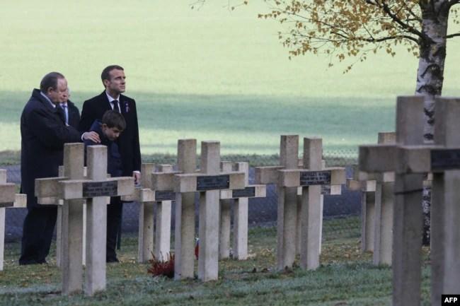 El presidente francés, Emmanuel Macron (derecha) rinde tributo junto a la tumba del teniente Robert Porchon, hermano en armas del escritor francés Maurice Genevoix muerto durante la Primera Guerra Mundial en el Cementerio Les Eparges, este de Francia, el 6 de noviembre de 2018.