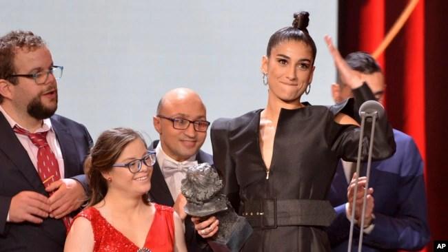 """La actriz Carolina Yuste gala el premio Goya a la mejor actriz de reparto por """"Carmen y Lola"""" (AP Foto/Laura León)"""
