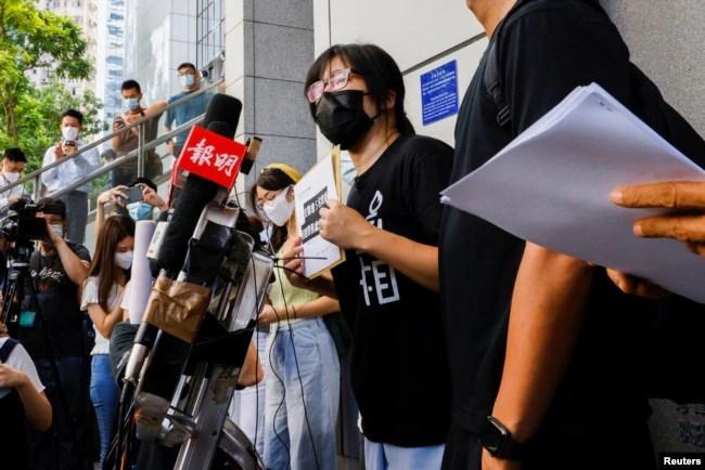 """香港支联会副主席邹幸彤就香港警方国安处指称""""外国代理人""""一事到达警察总部递信要求警方解释理由"""