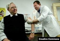 Seseorang sedang mendapatkan vaksinasi cacar. (Foto: Reuters)