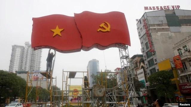 Công nhân dựng trang trí chuẩn bị cho Đại hội Đảng 12 trên đường phố ở Hà Nội, ngày 4/1/2016.