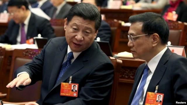 Chủ tịch Trung Quốc sắp nhậm chức Tập Cận Bình (trái) nói chuyện với Phó Thủ tướng Trung Quốc Lý Khắc Cường trong phiên họp Quốc hội, 4/3/13