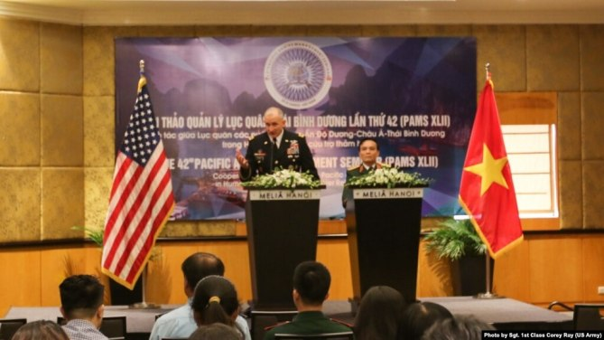 Đại tướng Robert Brown (trái) của Lục quân Thái Bình Dương Mỹ và Thượng tướng Phạm Hồng Hương một buổi họp báo sau khi kết thúc hội thảo Lục quân Thái Bình Dương do Việt Nam và Mỹ đồng tổ chức ở Khách sạn Melia ở Hà Nội hôm 20/8.