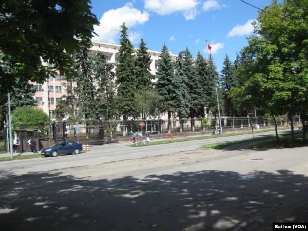 树木掩映下的莫斯科中国大使馆。