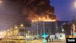 Kebakaran melanda pusat perbelanjaan di kota Kemerovo, Siberia-Rusia, hari Minggu (25/3).