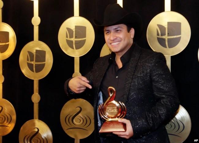 Julión Álvarez, posa con su Premio Lo Nuestro de los Latin Music Awards, que ganó en febrero de 2017, en Miami, como Mejor Artista de Banda del Año.