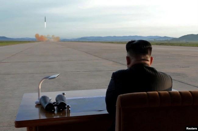 El líder norcoreano Kim Jong Un observa el lanzamiento de un misil Hwasong-12 en una foto sin fecha de la Agencia Central de Noticias norcoreana (KCNA).