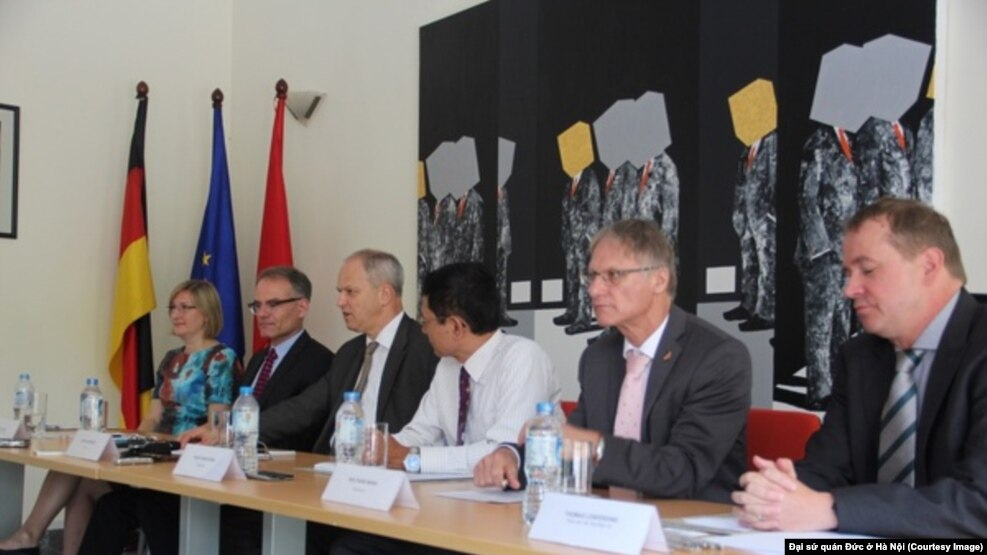 Các nhà ngoại giao Đức tham dự buổi họp báo ở Hà Nội hôm 28/9.