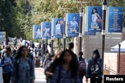 Mahasiswa Universitas California Los Angeles (UCLA) berjalan di kampus UCLA di Los Angeles, California, AS 15 November 2017. (Foto: REUTERS/Lucy Nicholson)