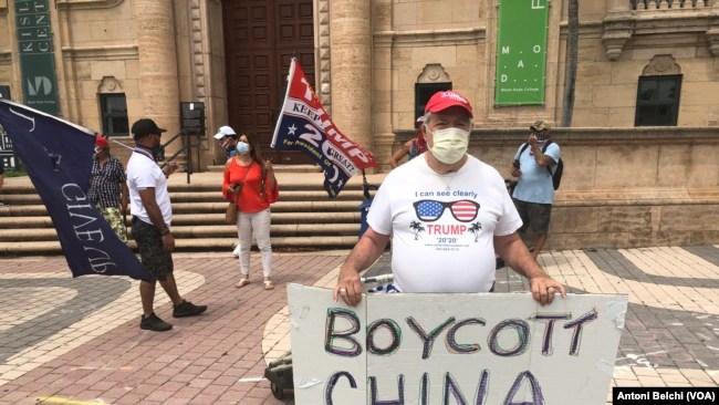 Un hombre con un cartel pide, desde Miami, el boicot a China tras la crisis del coronavirus que, según investigaciones, se originó en la ciudad china de Wuhan.