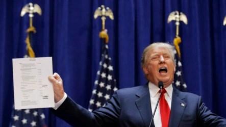 Tỉ phú Donald Trump cầm bảng báo cáo tài chính cho thấy tài sản của ông khi ông chính thức tuyên bố ra ứng cử tổng thống 2016