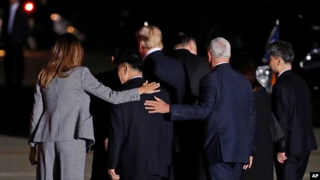 Phó Tổng thống Mike Pence cũng có mặt tại căn cứ Andrews đón các công dân Mỹ.