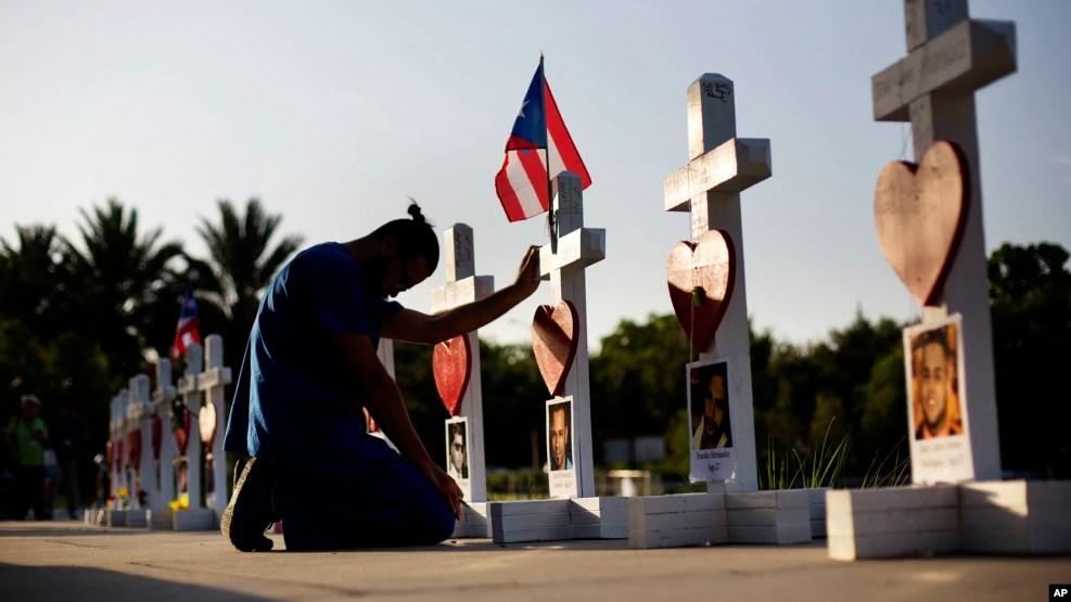 Anh Ernesto Vergne cầu nguyện tại một thập tự giá vinh danh bạn anh và các nạn nhân khác tại một đài tưởng niệm những người thiệt mạng trong vụ xả súng hàng loạt tại Orlando.