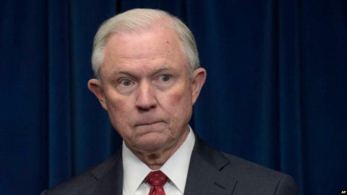 El secretario de Justicia de EE.UU. Jeff Sessions anunció que no se asignarán fondos federales a las ciudades que no colaboren con las autoridades de inmigración nacionales para dar acceso a inmigrantes ilegales que tengan detenidos o vayan a poner en libertad.