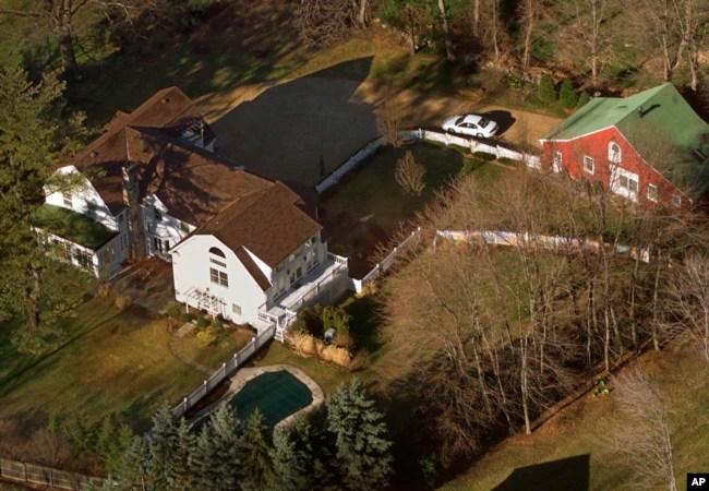 Foto de archivo de la residencia del expresidente Bill Clinton y la exsecretaria de Estado Hillary Clinton en Chappaqua, Nueva York. Un aparato explosivo fue encontrado cerca de la casa, informó la policía.