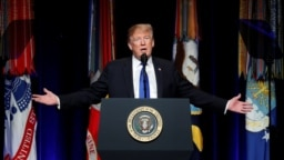 """El presidente Donald Trump asegura que no tiene nada que esconder y que todo """"es una farsa"""" de los demócratas. Sus abogados presentaron hoy un resumen de la defensa que emplearán en el juicio del Senado. Foto REUTERS."""