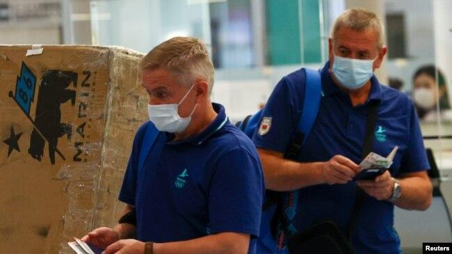 白俄罗斯队的主教练尤里·莫伊塞维奇(Yuri Moisevich)和教练阿图尔·舒马克(Artur Shumak)在东京羽田机场离开日本。(2021年8月6日)