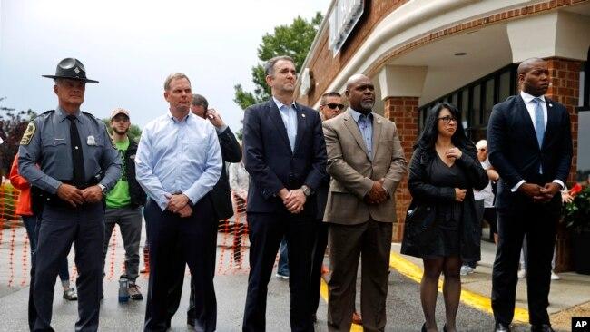 El gobernador de Virginia, Ralph Northam (centro), asiste a una vigilia en respuesta a un tiroteo en un edificio municipal en Virginia Beach, Virginia. 1 de junio de 2019.