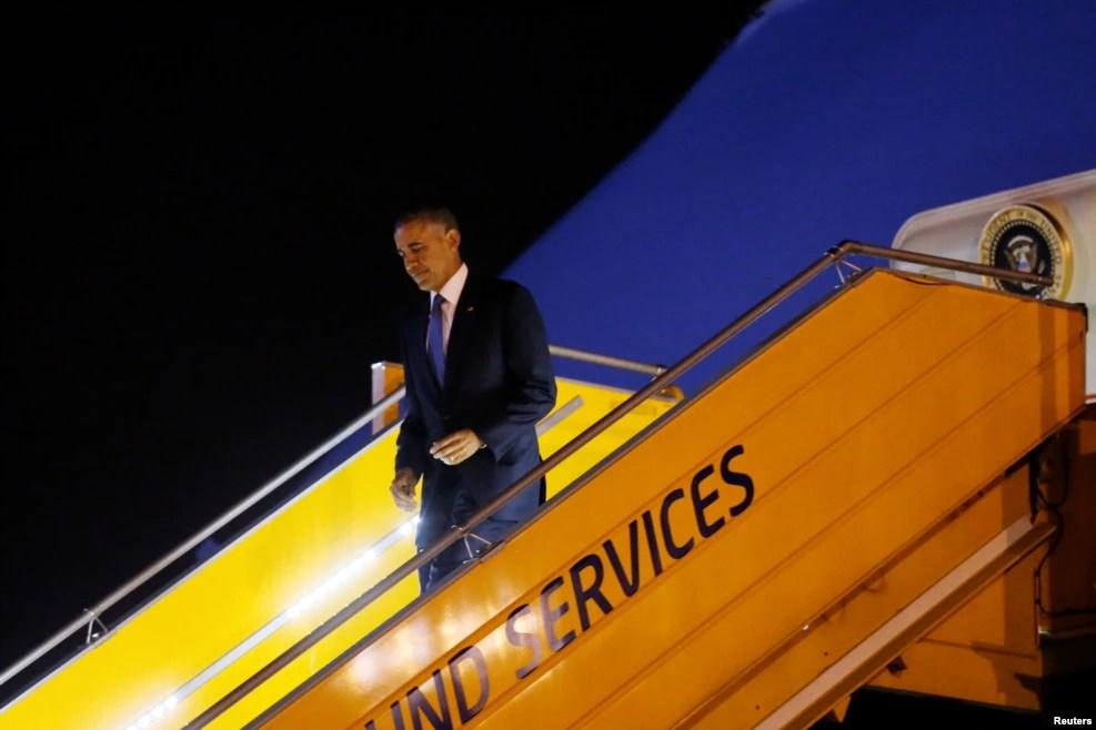 Tổng thống Obama bước xuống sân bay Nội Bài từ Chuyên cơ Air Force One, ngày 22/5/2016.