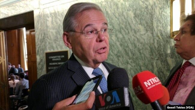 El senador Robert Menendez, demócrata por Nueva Jersey, dijo que EE.UU. no debe abandonar a los venezolanos.