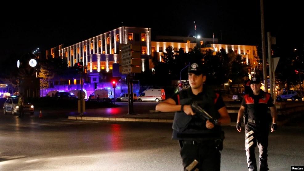 Des policiers montent la garde près de l'état-major de l'armée turque à Ankara, Turquie, 15 juillet 2016.