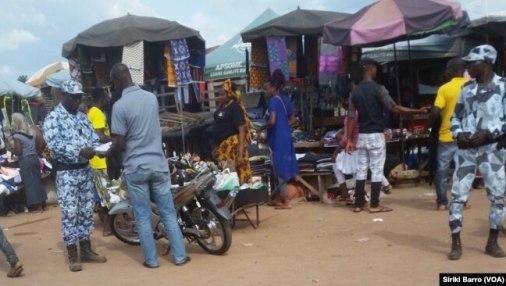 Des policiers effectuent des contrôles en plein marché, Bouaké, Côte d'Ivoire, 11 octobre 2017.
