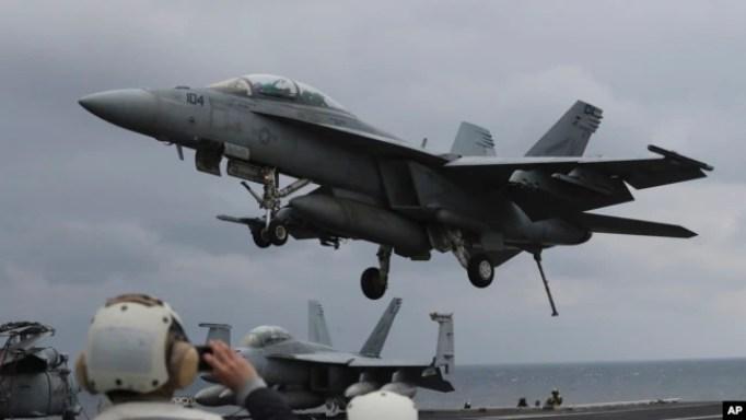 Máy bay chiến đấu của hải quân Mỹ đáp xuống tàu sân bay USS Carl Vinson.
