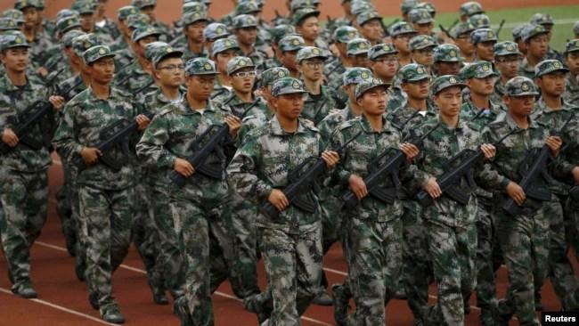 中国昆明学生参加军训。