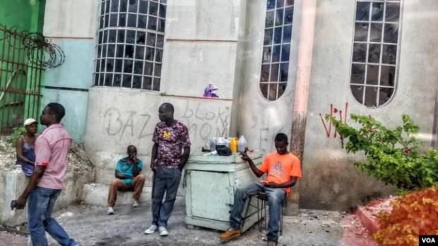 Haitianos en la esquina de una calle en Petionville. (S. Lemaire/VOA)