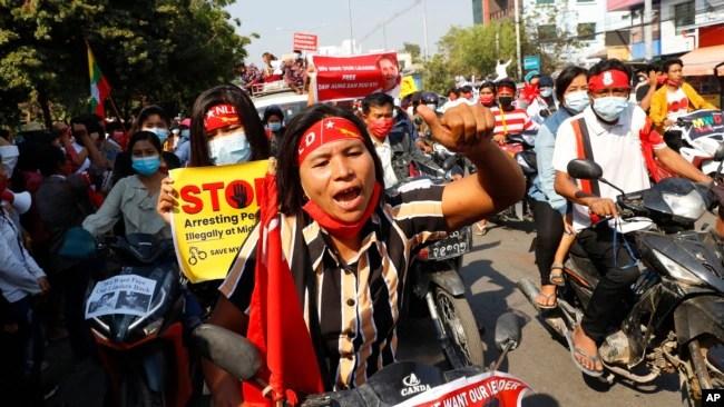 2021年2月13日,反对政变的缅甸抗议者骑着摩托车在曼德勒示威。