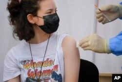 امریکہ میں 12 سال سے زیادہ کی عمروں کے نوجوانوں کو ویکسین لگائی جا رہی ہے۔
