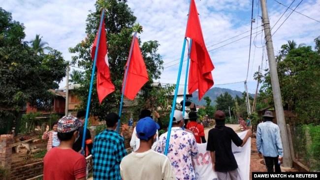 示威者在缅甸浪弄镇的一座村庄抗议军人政变。(2021年4月9日)