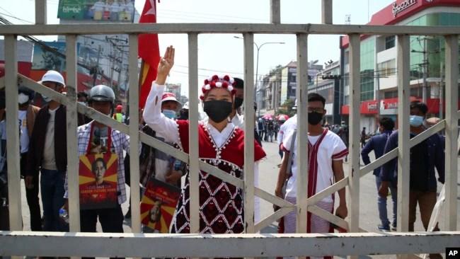 2021年2月28日,星期天,身着传统服装的抗议者在缅甸仰光举行的抗议活动中高喊口号。