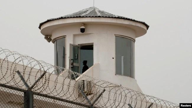 中国新疆喀什一名卫兵在拘留营的瞭望塔上站岗。(2021年5月3日)
