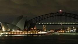 Sydney Harbor Bridge dan Sydney Opera House dalam perayaan 'Earth Hour' tahun 2008 (Foto: dok). Tahun ini 'Earth Hour' kembali dirayakan warga dunia dengan mematikan lampu selama satu jam, Sabtu (31/3)