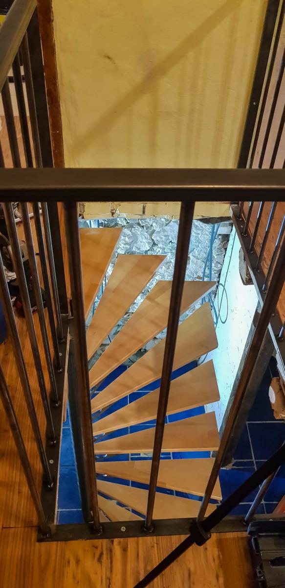 Escalier-bois-acier-Vinay-faible encombrement